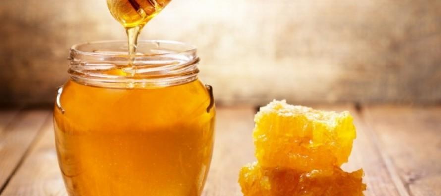 Диетологи объяснили, почему не стоит есть мед вместо сахара