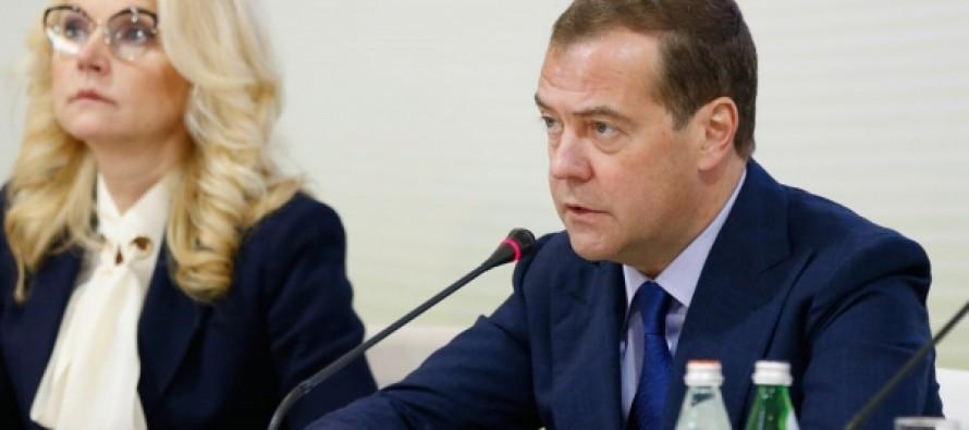Медведев: Нужно ускорить выход документов по применению обезболивания